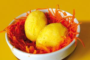 Oeufs de polenta sur lit de carottes