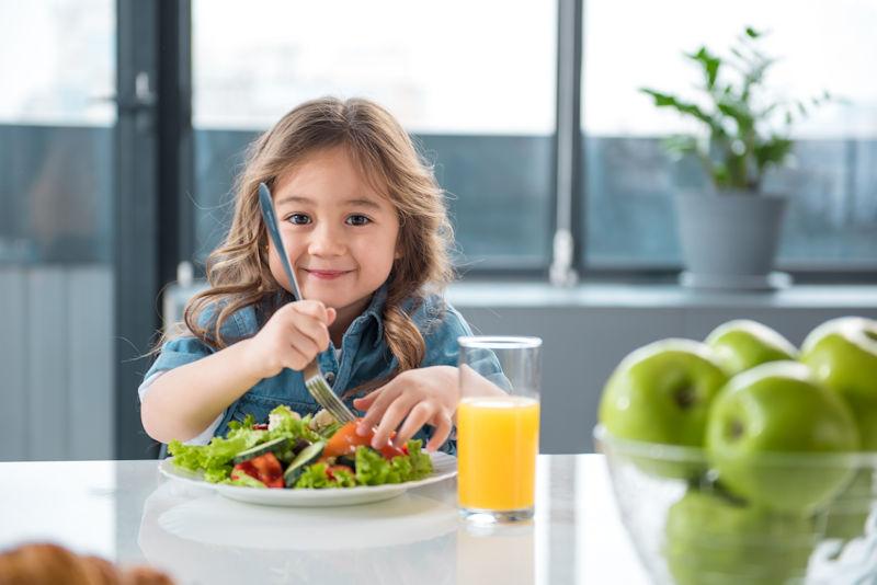 Mon jeune enfant mange à la cantine